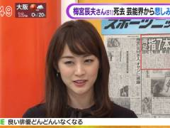 新井恵理那さん、黒ニットの上向きおっぱい。
