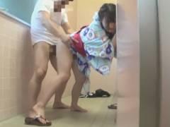 お祭り帰りに女子トイレで二人組の男に襲われた小◯生がレ●プ動画を撮影されてしまう!