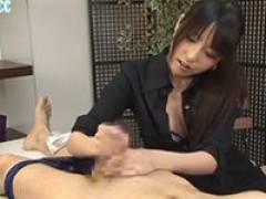 【エロ動画】綺麗なお姉さんがローションでヌルヌルにした手でしつこく手コキする!