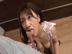 近藤郁 嫁の母親がエロ過ぎる身体で誘惑してきてキッチンでフェラチオからのパイズリ