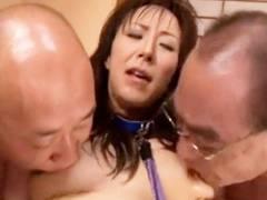 ハゲ頭のジジイとベロチューを強要され三人の男たちからマンコを弄られる熟女