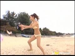これは神!やたらとエロい!!着エロスレンダー美乳ギャルが海岸ビーチバレーしてお昼寝します。!キター!!