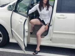 【画像20枚】車に乗り降りする際に不可抗力的にパンツ見えちゃってる素人のお姉さん達ww