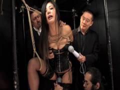 片瀬仁美 ボンテージに黒ランジェリーの美熟女を緊縛拘束!体中を電マで弄ばれてしまう