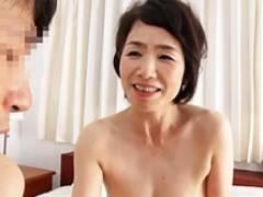 六十路の熟女妻が息子よりも若いお兄ちゃんに抱かれて夢心地&3Pセックス! 内原美智子