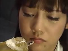 みづなれい ドM女の口内に大量のおしっこを注射器で注入!飲尿させられるとちんぽをイラマチオ