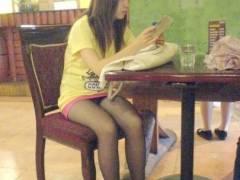 食事や買い物を楽しむ女子のパンチラを狙った盗撮画像集wwww