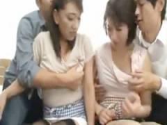 自分の母親を弄り倒し、やがてお互いの母親を交換してセックスする従兄弟たち。 近藤郁美