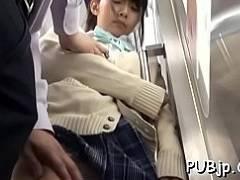 【JK動画】可愛いポニテの女子校生が電車でチ●ンに囲まれてカラダを触られまくる