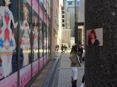 【衝撃】人気女子タレントのハメ撮りSEX写真を街中でばら撒かれる…電柱に張り付けられた恥ずかしいエロ画像…