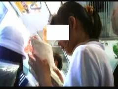 【パンチラ+女子高生+盗撮】これは危ないJKの生下着!電車の中で逆さ撮りしてしまいます