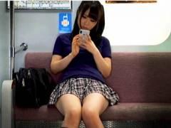 【パンチラ】ミニスカートのアウロリJKを電車の中でパンティ本物盗撮です!
