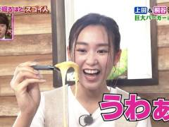 桐谷美玲さん、前かがみで胸元から奥がチラ見え。