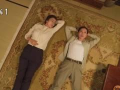戸田恵梨香さん、あお向けのパツパツな胸元。