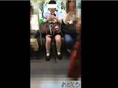 【パンチラ】清楚な純白パンティでした!学校帰りのアウロリJKを電車で隠し撮り。
